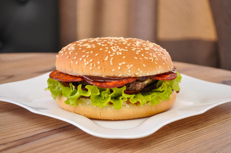 Пепперони-бургер
